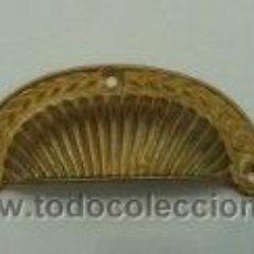 Antigüedades: TIRADOR CONCHA BRONCE. Lote 24896909