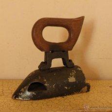 Antigüedades: PLANCHA PESADA DE 3 KG APROX CON ASA DE MADERA. Lote 48920978