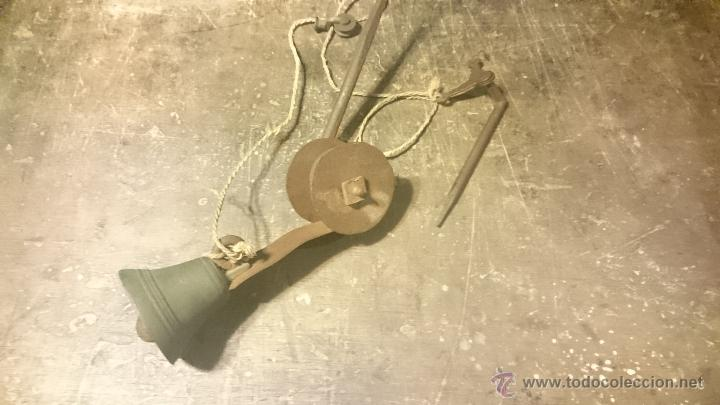 TIMBRE O LLAMADOR ANTIGUO EN FORJA CON CAMPANA DE BRONCE COMPLETO (Antigüedades - Técnicas - Cerrajería y Forja - Llamadores Antiguos)