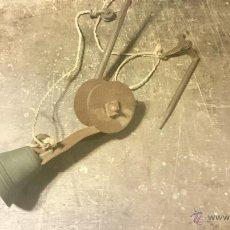 Antigüedades: TIMBRE O LLAMADOR ANTIGUO EN FORJA CON CAMPANA DE BRONCE COMPLETO. Lote 49075175