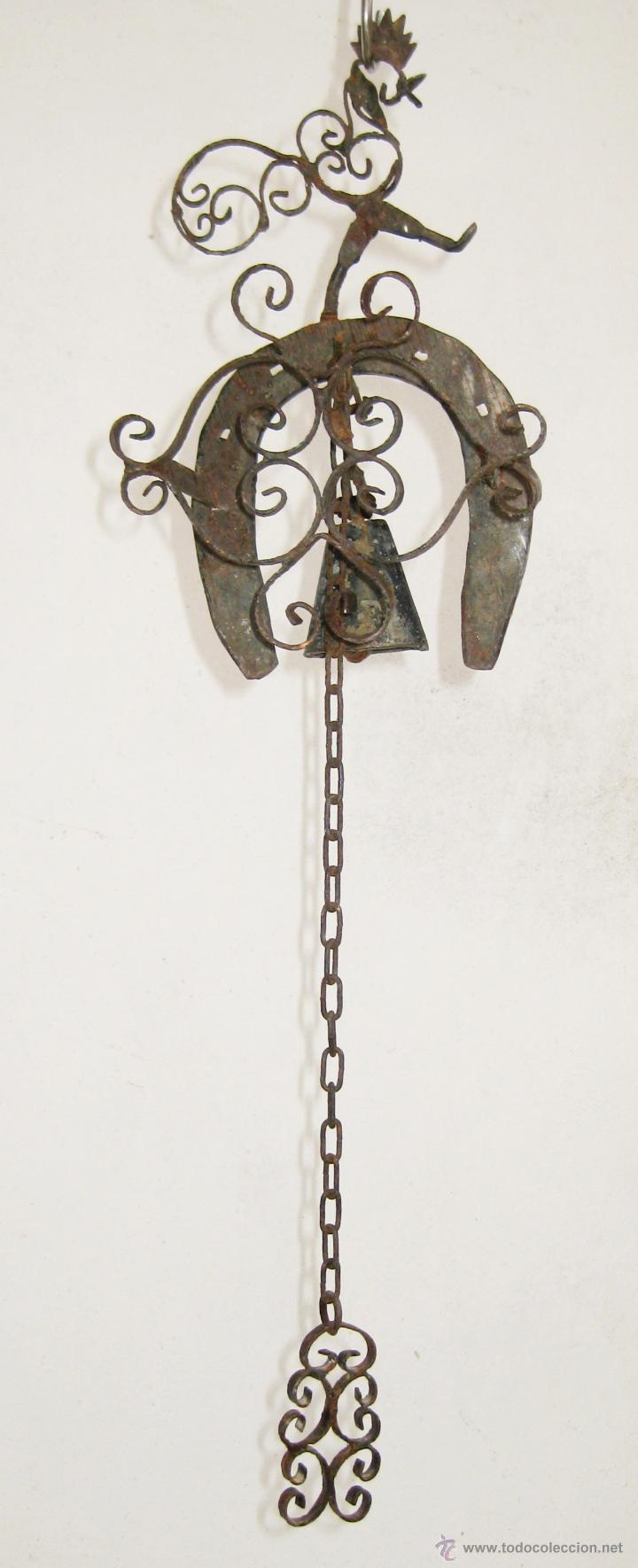 EXCEPCIONAL Y UNICO LLAMADOR EN FORJA ANTIGUO EXTERIOR CAMPANA CON GALLINA O GALLO Y HERRADURA XVIII (Antigüedades - Técnicas - Cerrajería y Forja - Llamadores Antiguos)