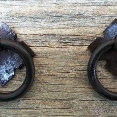 Antigüedades: LOTE DE 2 TIRADORES DE HIERRO FORJADO PARA MUEBLE. Lote 132293223