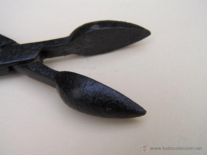 Antigüedades: RARO UTENSILIO . FORJA. SIGLO XVIII. ¿¿¿¿ Tenacillas para apagar cirios , uso cosmético , medico ??? - Foto 5 - 49198919