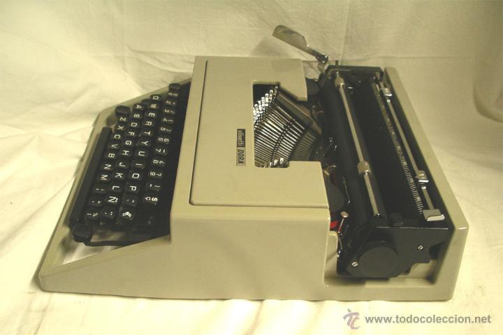 Antigüedades: Maquina de escribir Olivetti DORA, en buen estado con estuche, años 60. - Foto 2 - 49359872