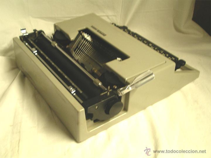 Antigüedades: Maquina de escribir Olivetti DORA, en buen estado con estuche, años 60. - Foto 3 - 49359872