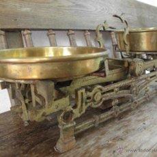 Antigüedades: BALANZA DE 10 KG DORADA CON PLATOS EN LATON. Lote 49364953