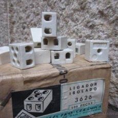 Antigüedades: LOTE DE 25 FICHAS PORCELANA APROX 1950 DE DOS POLOS, CONEXION CABLES - FALTAN HERRAJES + INFO. Lote 154991040