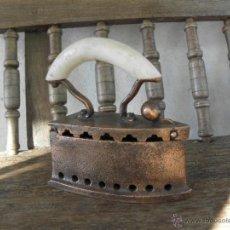 Antigüedades: PLANCHA DE COBRA PEQUEÑA CON MANGO DE NILON O SIMILAR. Lote 49444903