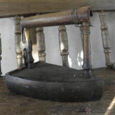 Antigüedades: PLANCHA DE HIERRO Nº10 CON ASA DE MADERA. Lote 49446602