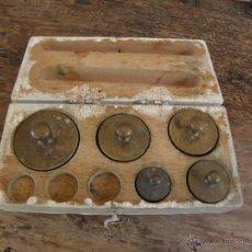 Antigüedades: CAJA DE PESAS DE BALANZA CON 5 UNIDADES - COLOR BLANCO. Lote 49447120