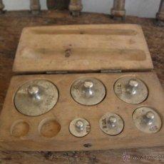 Antigüedades: CAJA DE PESAS DE BALANZA CON 6 UNIDADES - COMPLETA EN MADERA. Lote 49447172