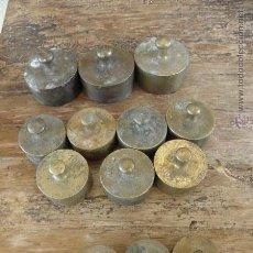 Antigüedades: LOTE DE 13 PESAS DE BALANZA DIFERENTES - 200 100 Y 50 GRAMOS. Lote 49447801