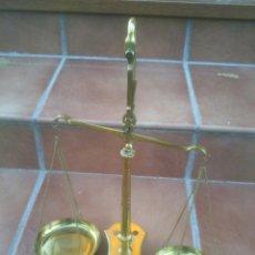 Antigüedades: BONITA BALANZA DE BRONCE CON SU CORRESPONDIENTE JUEGO DE 7 PESAS (DE 100 A 5 GRAMOS). Lote 49551031