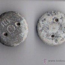Antigüedades: DOS PESAS PONDERALES DE PLOMO CON DOS AGUJEROS Y CONTRASTE ( III ). Lote 49658204