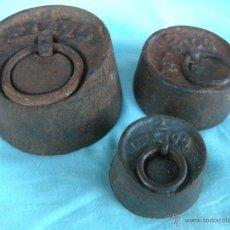 Antigüedades: LOTE DE TRES PESAS DE HIERRO. Lote 49678133
