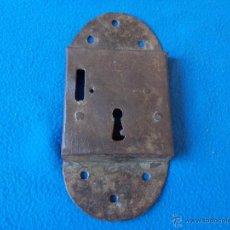 Antigüedades: ANTIGUA CERRADURA DE FORJA CON SUS CLAVOS 21.5 X 10 X 2 CTM ( C - 1 ). Lote 49688510