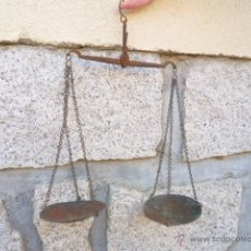 Antigüedades: ANTIGUA BALANZA DE HIERRO CON PLATILLOS DE COBRE. Lote 49696089