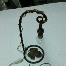 Antigüedades: LAMPARA VINTAGE COLGANTE,CON BASE DE FORJA,AÑOS 40-50 APROX. Lote 49771535