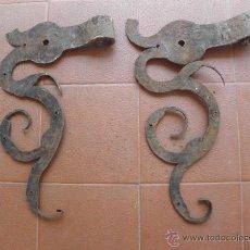 Antigüedades: BISAGRAS CENTENARIAS DE FORJA CON FORMA DE DRAGON - S. XIX O ANTERIOR. Lote 49786250