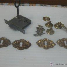Antigüedades: 4 BOCALLAVES CHAPA EN LATÓN Y CERRADURA CON LLAVE. Lote 49930414