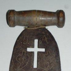 Antigüedades: ANTIGUA CUCHILLA O HERRAMIENTA DE COCINA, REALMENTE BONITA CON CALADO EN FORMA DE CRUZ Y PUNZONADO C. Lote 50016873