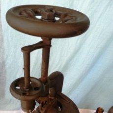 Antigüedades: TALADRO MANUAL VERTICAL DE BANCO.. Lote 50092379