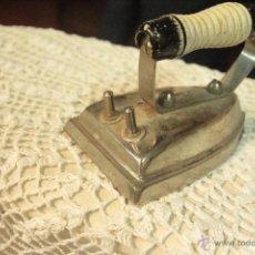 Antigüedades: ANTIGUA PLANCHA ELECTRICA, BIEN CONSERVADA, CON MANGO EN MADERA PINTADA EN BLANCO Y NEGRO. ORIGINAL.. Lote 50129480