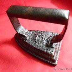 Antigüedades: ANTIGÜA PLANCHA DE HIERRO MACIZO Nº 3 CON MARCA DE FABRICANTE - U.C.3.S -. Lote 50234057