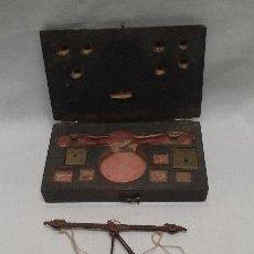 Antigüedades: ANTIGUA BALANZA ROMANA DE PRECISION EN SU CAJA DE MADERA . Lote 50240116