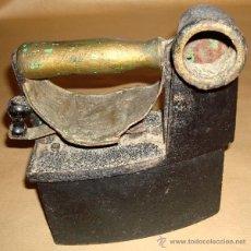 Antigüedades: ANTIGUA PLANCHA DE CARBÓN CON CHIMENEA. Lote 50270306