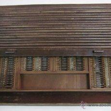 Antigüedades: MUEBLE CON LENTES DE CORRECCION OPTICA - COMPLETO AÑOS 40. Lote 50414756