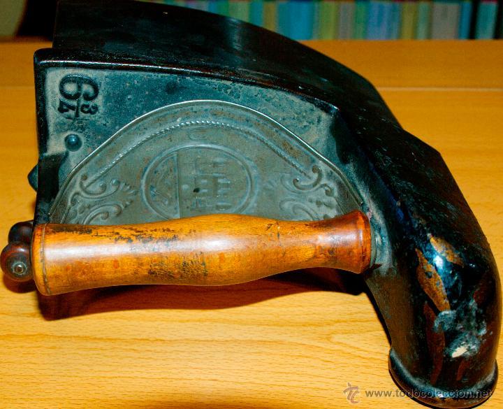 Antigüedades: ESPECTACULAR Y MUY ANTIGUA PLANCHA DE CARBÓN (CON LETRAS GRABADAS EN FORJA Y PINTADAS) - Foto 3 - 50442913