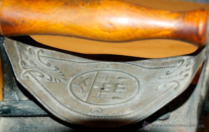 Antigüedades: ESPECTACULAR Y MUY ANTIGUA PLANCHA DE CARBÓN (CON LETRAS GRABADAS EN FORJA Y PINTADAS) - Foto 5 - 50442913