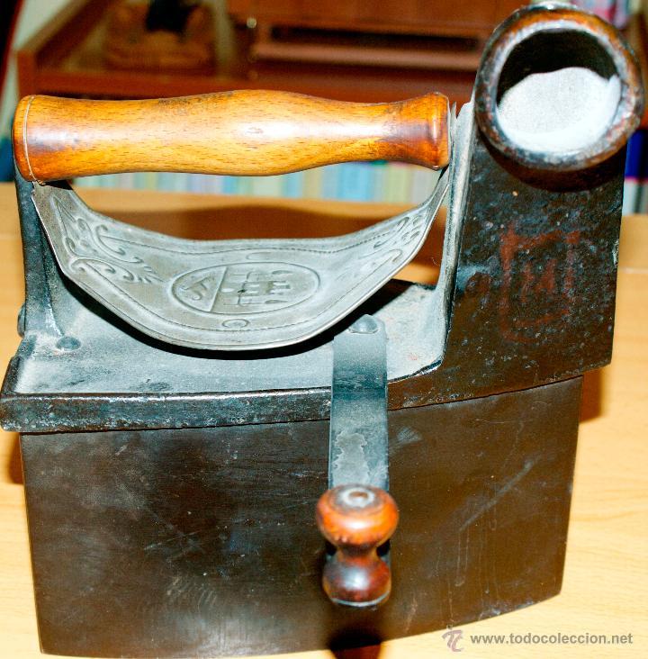 Antigüedades: ESPECTACULAR Y MUY ANTIGUA PLANCHA DE CARBÓN (CON LETRAS GRABADAS EN FORJA Y PINTADAS) - Foto 7 - 50442913
