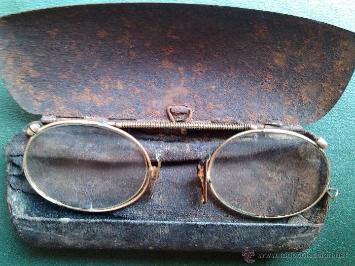 ANTIGUAS GAFAS 1800 TIPO QUEVEDO BAÑADAS ORO EN SU FUNDA CAJA HIERRO PIEL ORIGINAL 11 X 4,5 CM RARA (Antigüedades - Técnicas - Instrumentos Ópticos - Gafas Antiguas)