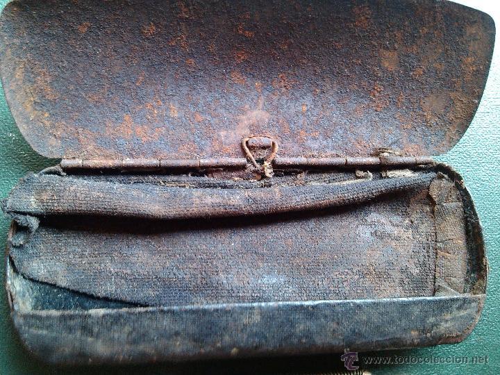 Antigüedades: ANTIGUAS GAFAS 1800 TIPO QUEVEDO BAÑADAS ORO EN SU FUNDA CAJA HIERRO PIEL ORIGINAL 11 X 4,5 CM RARA - Foto 10 - 50475985
