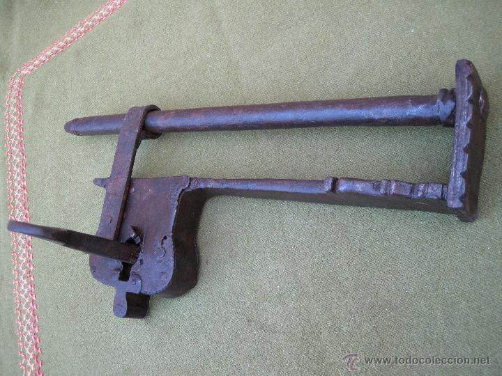 Antigüedades: CANDADO DE BARRA ANTIGUO EN HIERRO FORJADO - S/ XVIII - 37,3 CMS. LARGO - COMPLETO Y FUNCIONANDO. - Foto 6 - 50484833