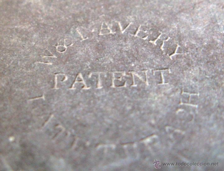 Antigüedades: Pequeña Balanza Romana Siglo XIX mástil torneado de hierro, cadena y platos de cobre.Todo original - Foto 4 - 50500048