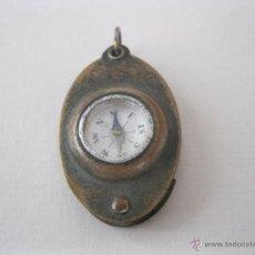 Antigüedades: PEQUEÑA BRÚJULA JAPONESA CON LUPA DE 1930.. Lote 50503456
