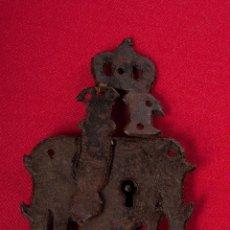 Antigüedades: ANTIGUA CERRADURA EN HIERRO FORJADO SIGLO XVIII. Lote 50513940
