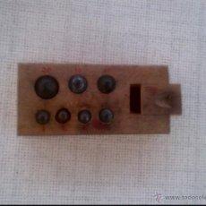 Oggetti Antichi: TACO CON SIETE PESAS DE LATON DE 20/10/10/5/3/2/2 G,. Lote 50599898