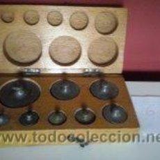 Antigüedades: ANTIGUA CAJA CON 8 PESAS EN BRONCE Nº6 100% COMPLETO Y ORIGINAL. Lote 50606468