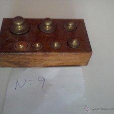 Antigüedades: ANTIGUA CAJA CON 7 PESAS EN BRONCE Nº9 COMPLETA Y ORIGINAL. Lote 50606598