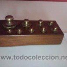 Antigüedades: ANTIGUA CAJA CON 9 PESAS EN BRONCE Nº3 MUY HERMOSA. Lote 50607045