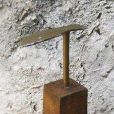 Antigüedades: FANTASTICA GRAN HORMA ZAPATERO EN HIERRO Y MADERA IDEAL DECORACION INDUSTRIAL O ZAPATERIAS ESCAPARAT. Lote 50611495