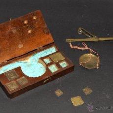 Antigüedades: ANTIGUA BALANZA EN BRONCE CON PESAS EN SU CAJA ORIGINAL DE MADERA. Lote 50820759