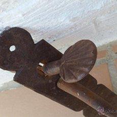 Antigüedades: MANILLA ANTIGUA CON VENERA DE SANTIAGO EN PULSADOR. Lote 50933864