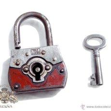 Antigüedades: CANDADO ANTIGUO CON SU LLAVE ORIGINAL, FUNCIONAMIENTO PERFECTO - 5,5X4 CM. Lote 51206981