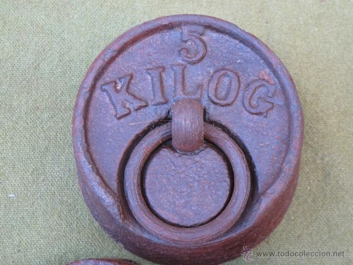 Antigüedades: LOTE DE 6 PESAS ANTIGUAS DE HIERRO PARA BALANZA. 1 DE 5 KGS.- 2 KGS. 1 KGS. 1/2 KGS.,... - Foto 3 - 51229107
