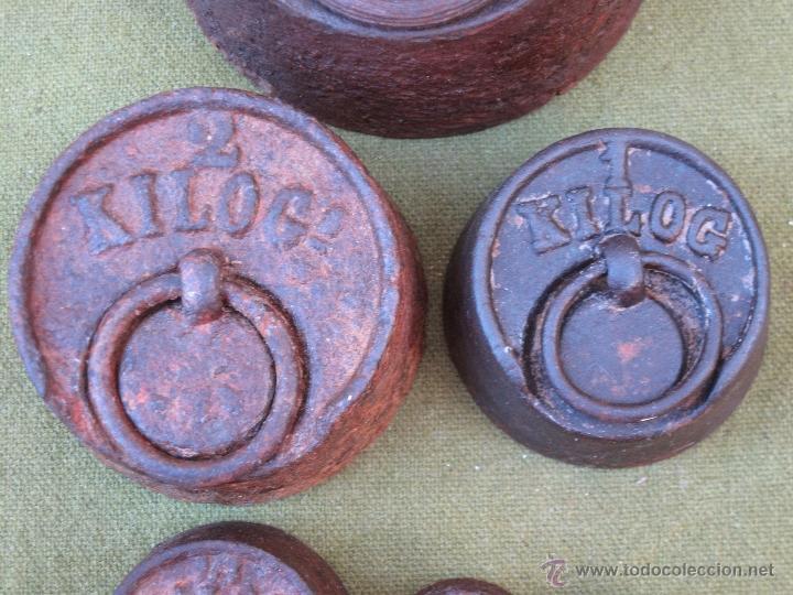 Antigüedades: LOTE DE 6 PESAS ANTIGUAS DE HIERRO PARA BALANZA. 1 DE 5 KGS.- 2 KGS. 1 KGS. 1/2 KGS.,... - Foto 4 - 51229107